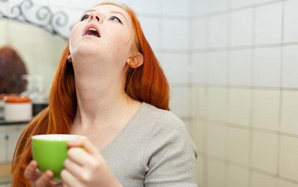 Течет по задней стенке, сопли и слизь стекают в горле и носоглотке