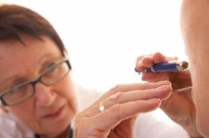 Белый налет в горле: из чего состоит, причины, лечение