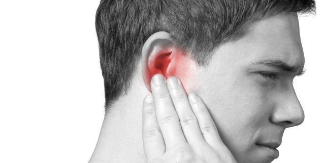 Попала вода в ухо: чем опасно, когда идти к врачу, как устранить