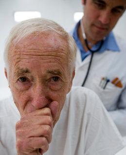 Лечение сухого приступообразного кашля у взрослых, первая помощь